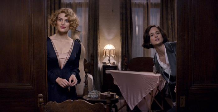 Las hermanas Goldstein, Queenie (izquierda) y Tina (derecha), interpretadas por Alison Sudol y Katherine Waterston, respectivamente.