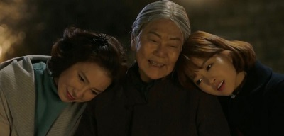 Fotograma de la serie. Aparecen la protagonista con su madre y abuela