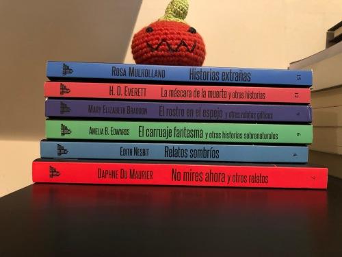 Todos los libros mencionados de la editorial Carfax, apilados.