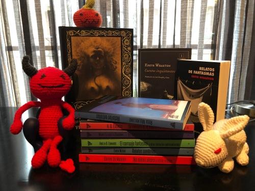 Todos los libros mencionados en el artículo juntos y con varios amigurumis de temática halloween.