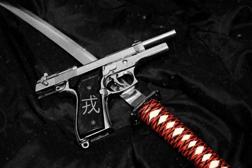 Una pistola y una katana.