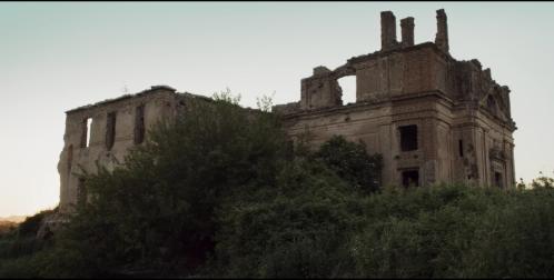 Aparecen las ruinas de un edificio, parece más una casa que un castillo porque no tiene elementos defensivos.