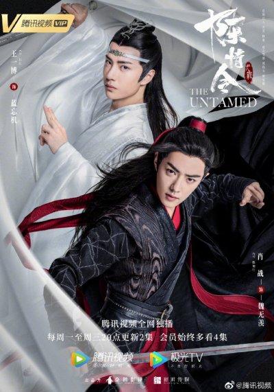 Aparecen los dos protagonistas, uno vestido de blanco y el otro de negro y rojo.
