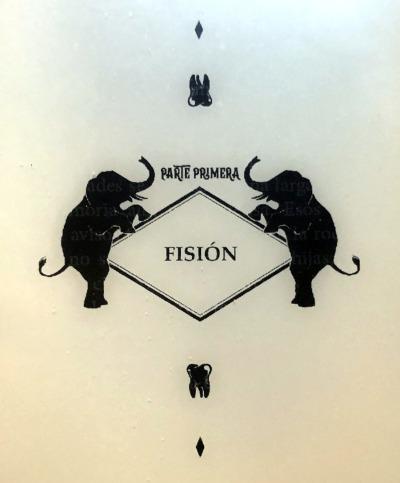 """Siguiendo el diseño con siluetas de elefante, se ven también lo que parecen muelas arrancadas y el título """"Parte primera: fisión"""""""
