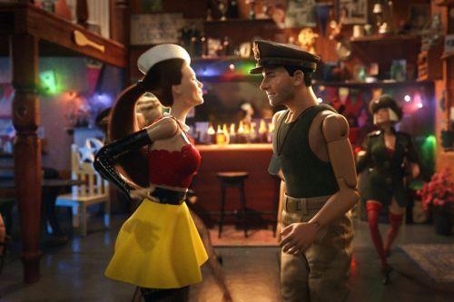 Una muñeca con un atuendo muy sexy (parece una camarera) habla con el muñeco militar que representa al protagonista.