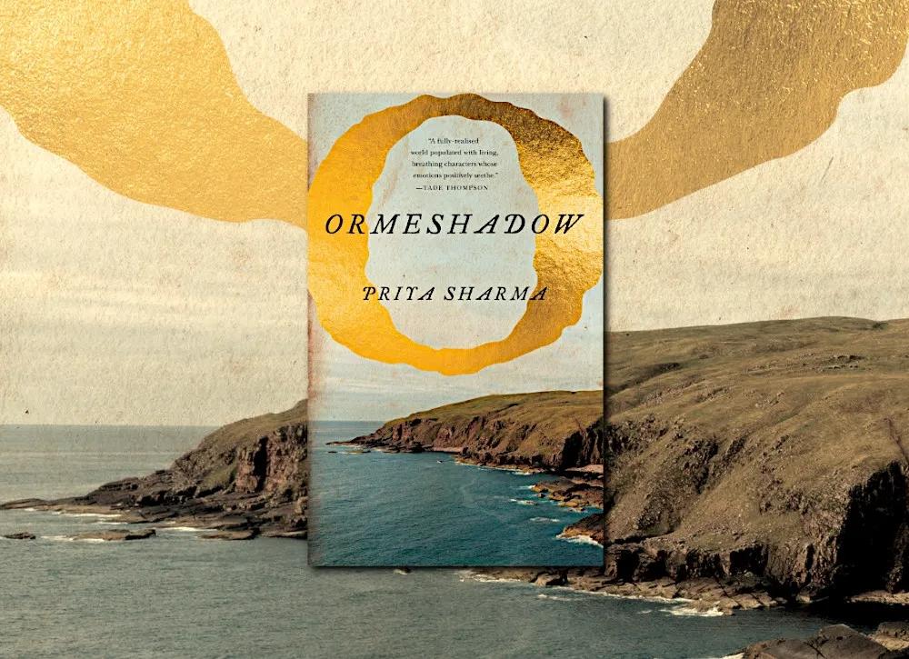 Portada de Ormeshadow, aparece un acantilado junto al mar, el título en negro en la parte superior de la fotografía, rodeado por una especie de O dorada.